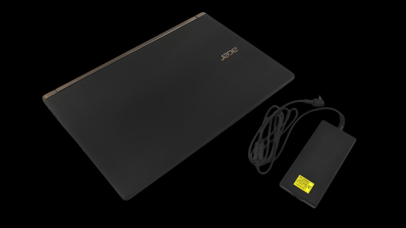 Laptop z zasilaczem